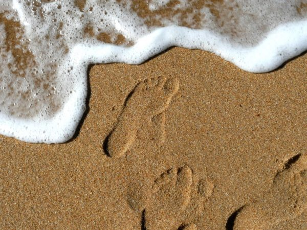 Marcher pieds nus sur le sable à la plage dans les Landes