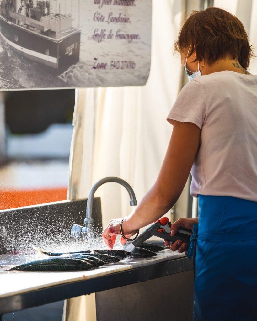 Marché aux poissons de Capbreton (Landes) Nettoyage et préparation du poisson