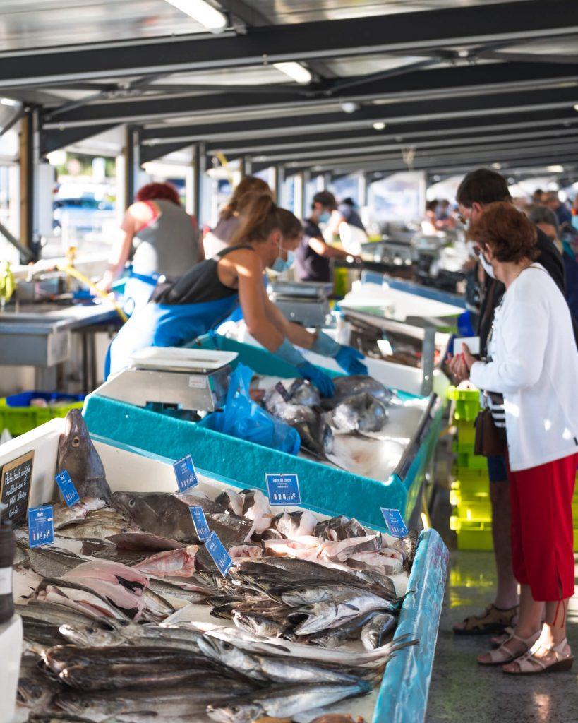 Les étals du marché aux poissons de Capbreton (Landes). Vente directe par les pêcheurs.