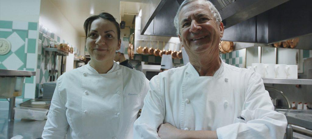 Jean-Coussau-et-sa-niece—cuisine-Relais-de-la-poste—-landesatlantiquesud-2